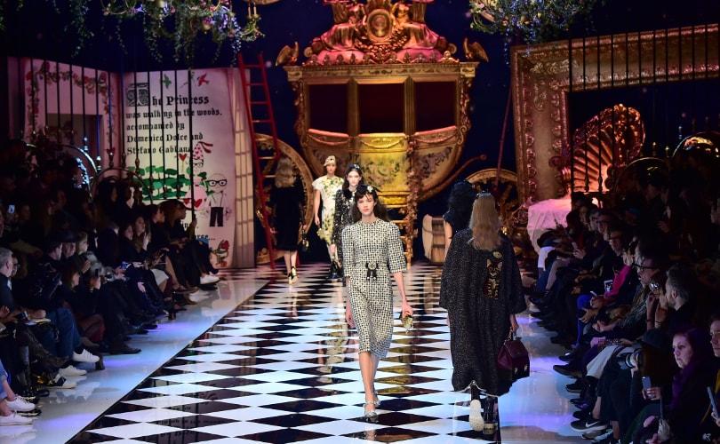 Parées de robes étincelantes ou d ensembles plus minimalistes, les femmes  ont été transformées en princesses lors de la présentation de Dolce    Gabbana, ... 7d6ffcb1333c