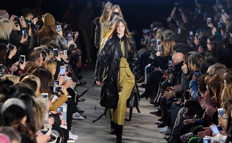 Les défilés de prêt-à-porter Automne Hiver 2016-17 sont maintenant en plein  essor, avec les capitales mondiales de la mode prêtes à accueillir des  centaines ... c227c3f60f02