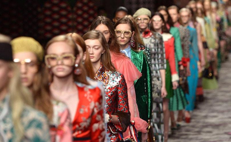 Après New York et Londres, les projecteurs s allument mercredi sur les  podiums de Milan avec un programme de mode féminine particulièrement  intense, ... fd753018a489