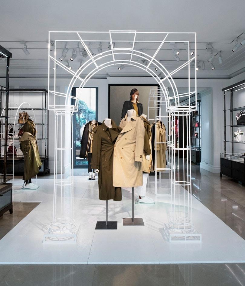 eedc899816d76 Boutique Burberry Faubourg   installation de trench coats revisités